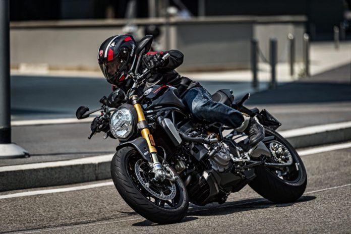 ducati-monster-1200-s-2020-preta-ação-moto-adventure