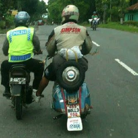 000 scooteris nyurung pak polisi