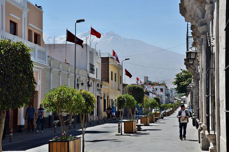 Вид на заснеженную шапку вулкана Мисти с улицы Арекипы