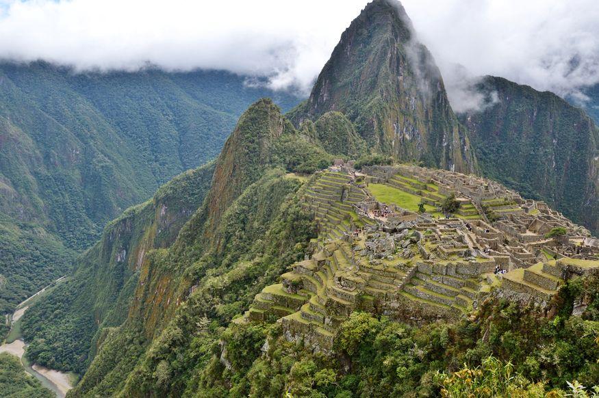 Вид сверху на Мачу Пикчу и горы вокруг