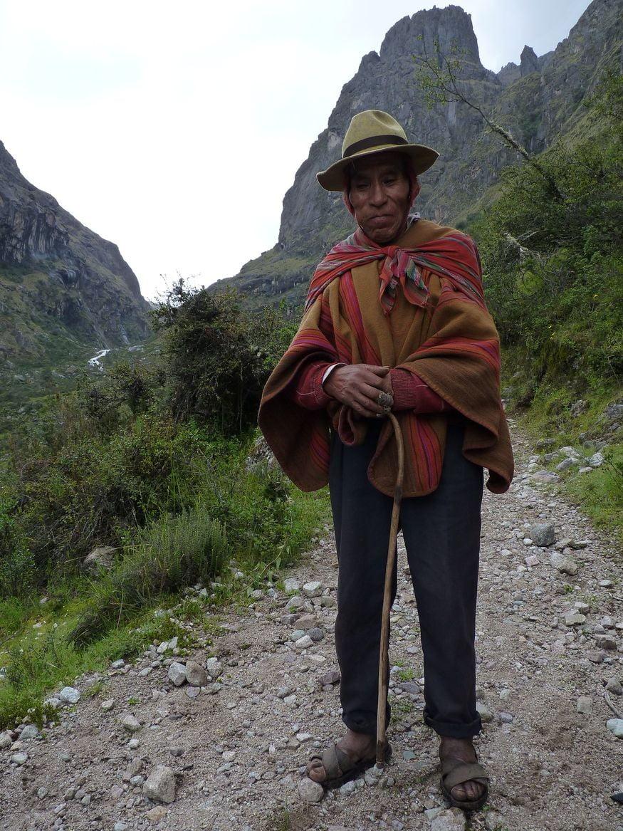 Гид на Мачу Пикчу в традиционном костюме