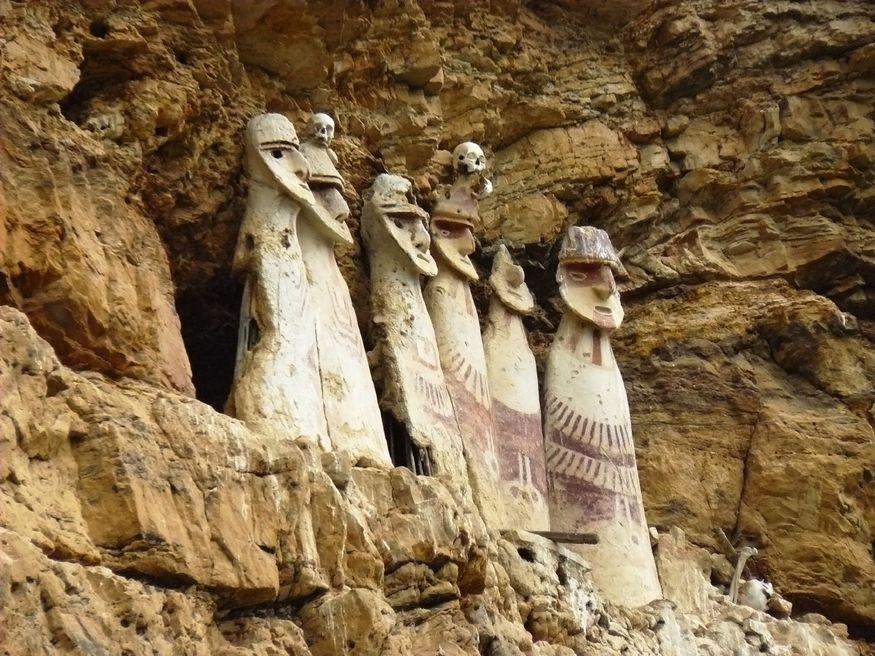 Чачапойяс Chachapoyas саркофаги на скале