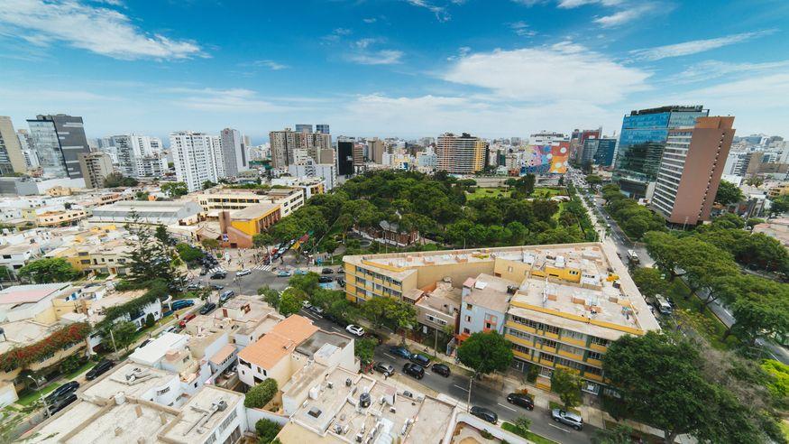 Вид из окна на городскую застройку Лимы