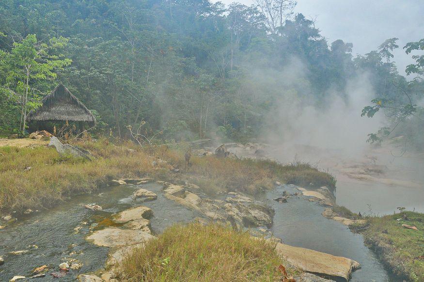 Термальные источники, доходящие до температуры кипения у центра народной медицины в Перу