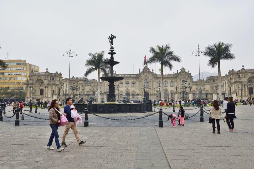 Фонтан и дворец на главной площади Лимы