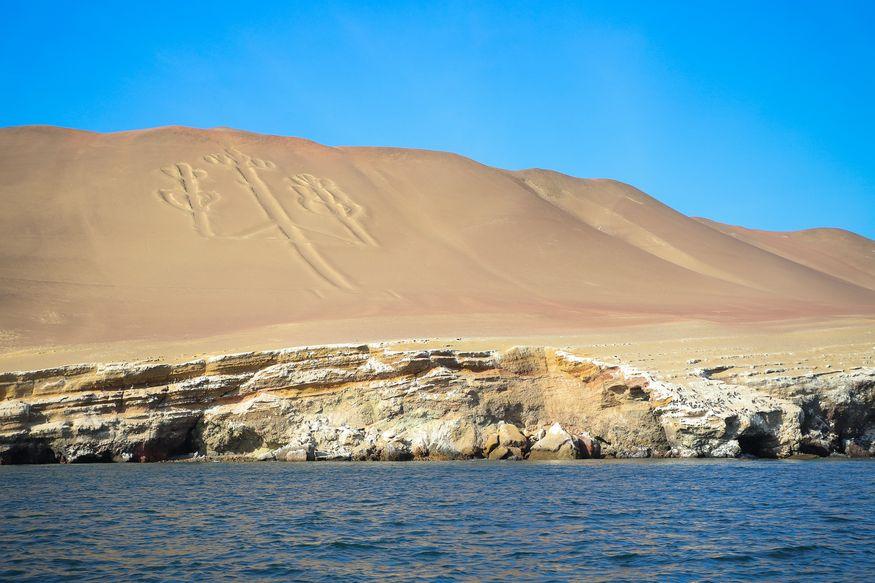 Канделябр геоглиф рисунок на земле в Паракасе в Перу