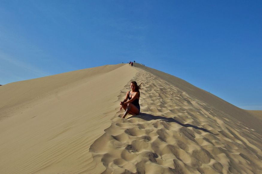 Подъем на вершину дюны в пустыне Перу