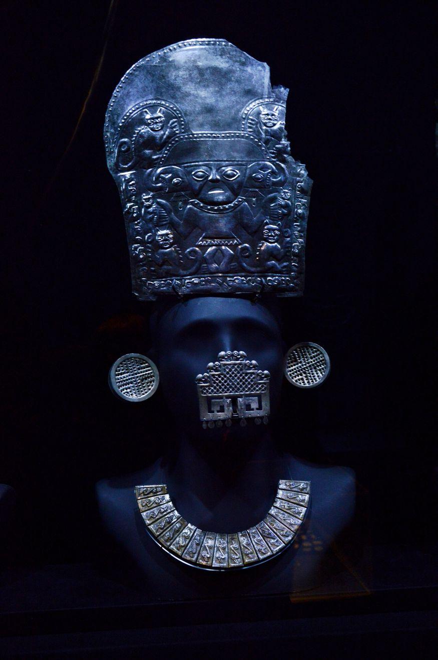 Золотые украшения для головы, ушей, носа и шеи в музее Ларко Перу Лима