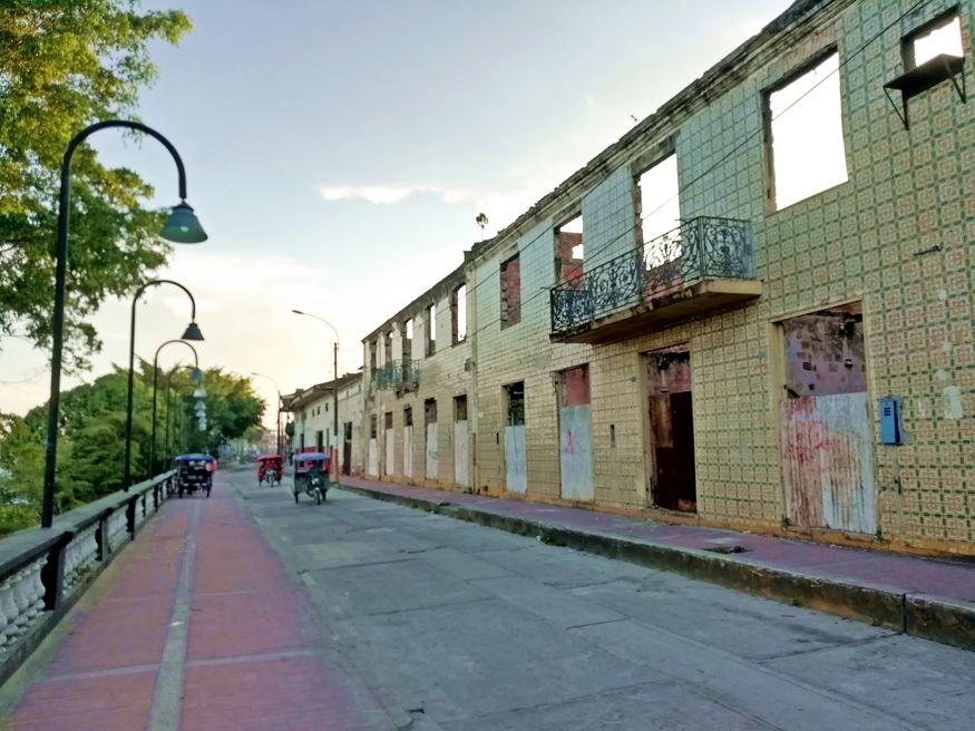 Заброшенной здание на набережной в центре Икитоса