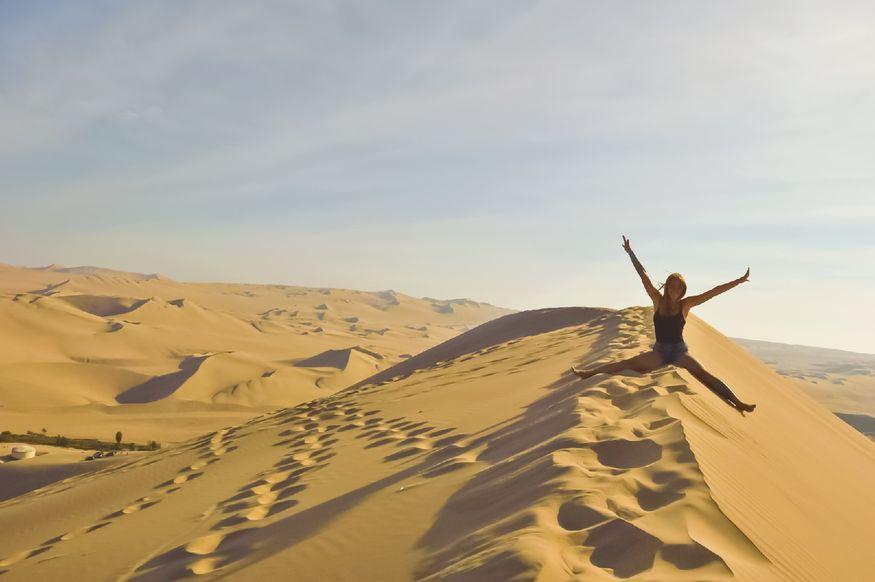 На вершине высокой дюны в Хуакачине Перу