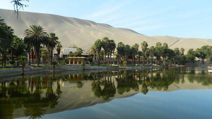 Озеро и песчаные дюны в Huacachina Peru