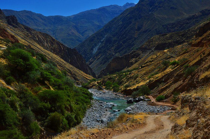 Дорога вдоль реки в каньоне Колка