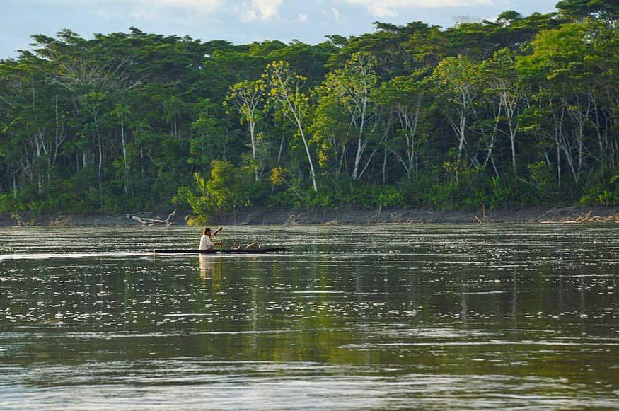 Женщина на лодке в джунглях