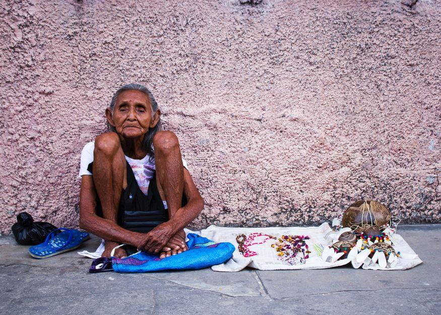 Индейцы продают сувениры на улицах ПУкальпа Перу