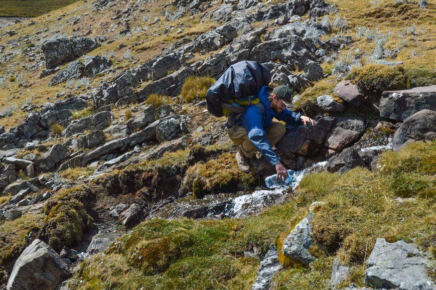 Питьевая вода в горах из ручья