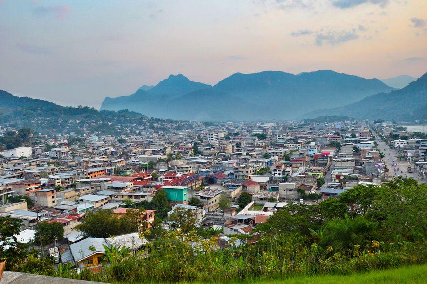 Вид со смотровой площадки на город Тинго Мария и гору Спящая красавица
