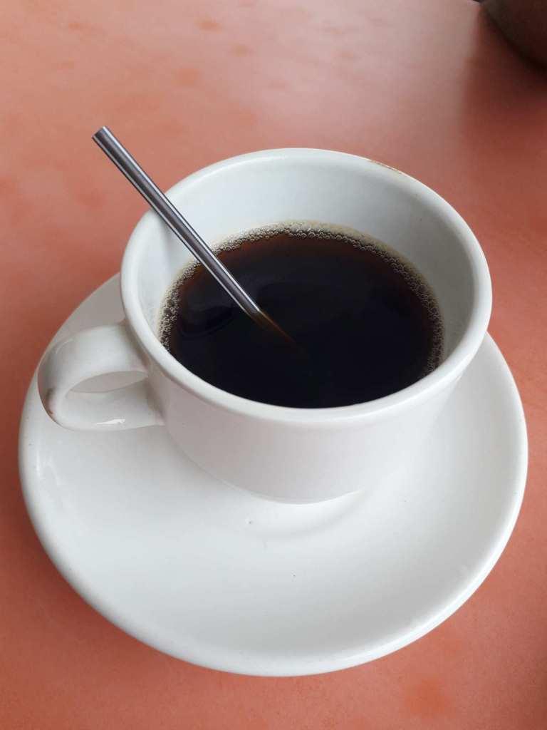 Кофе с пластиковой трубочкой