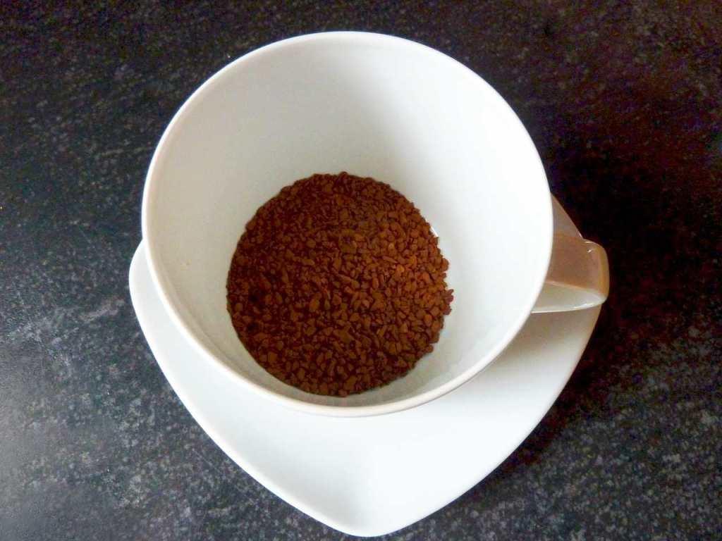 гранулы нескафе на дне чашки
