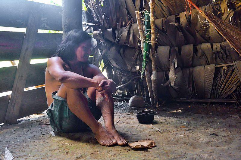 Индеец делает кураре Эквадор