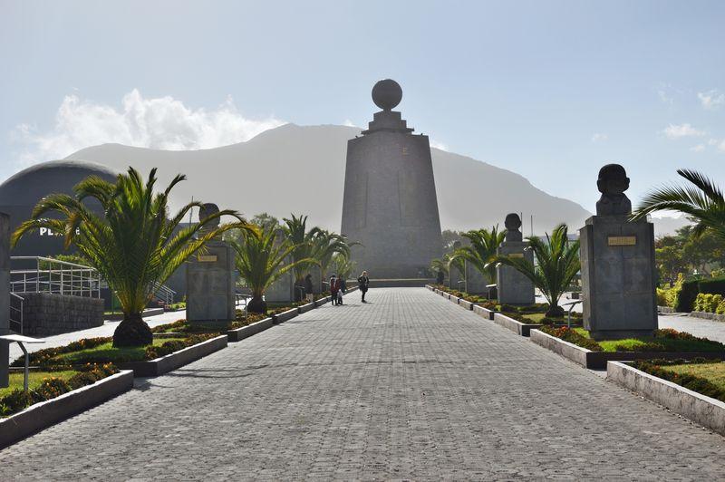 Алеея памятников в Митад дель мундо