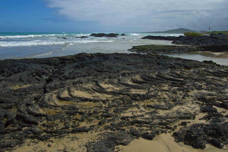 Каменистый пляж Галапагосские острова