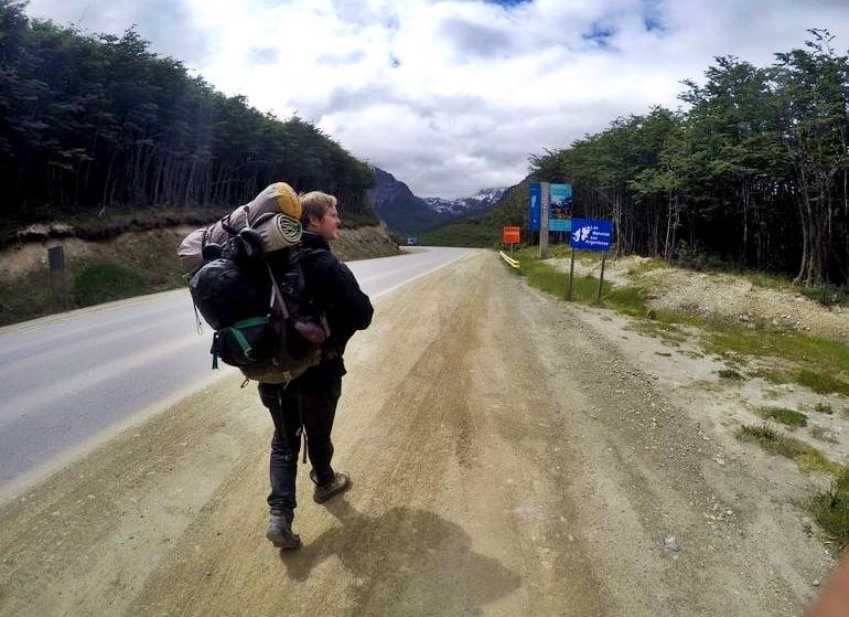 Молодой путешественник едет автостопом по Патагонии в Аргентине