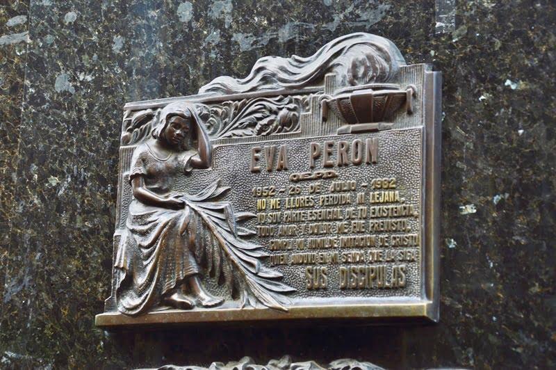 табличка на склепе Эвы Перон