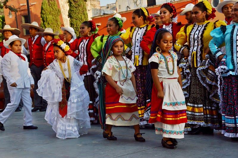 Дети в национальном костюме Мексики