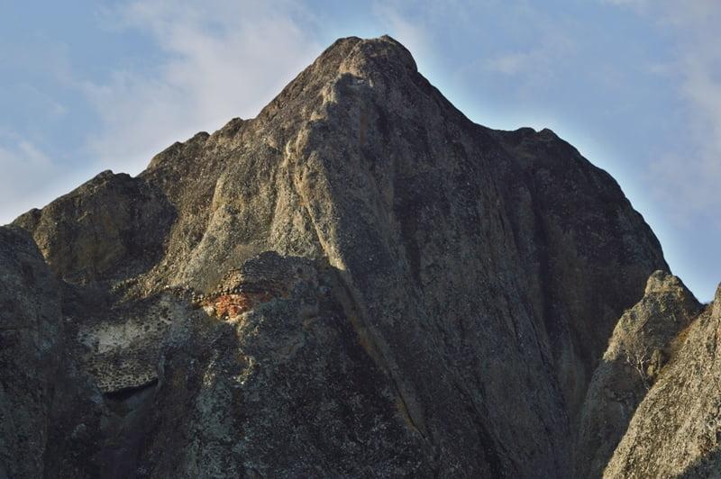 оборонительное сооружение на скале в биртвиси