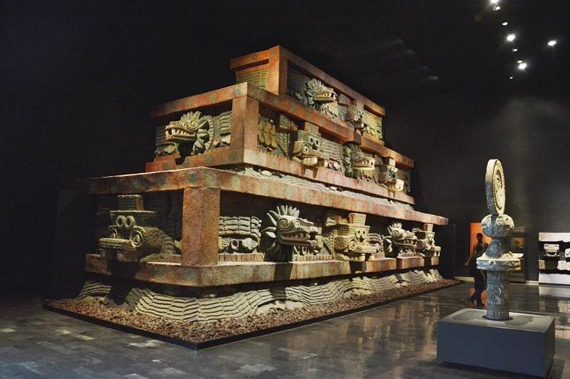 Реконструкция храма пернатого Змея в музее Антропологии в Мехико