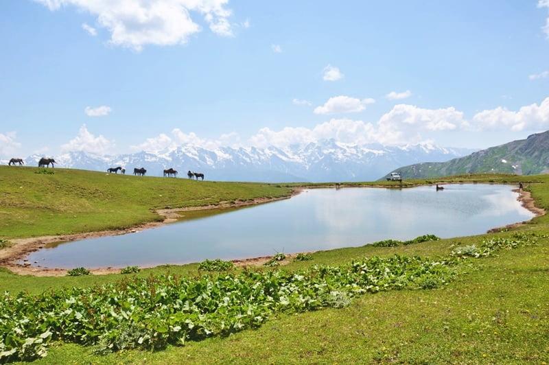 Водная гладь озера Местиа