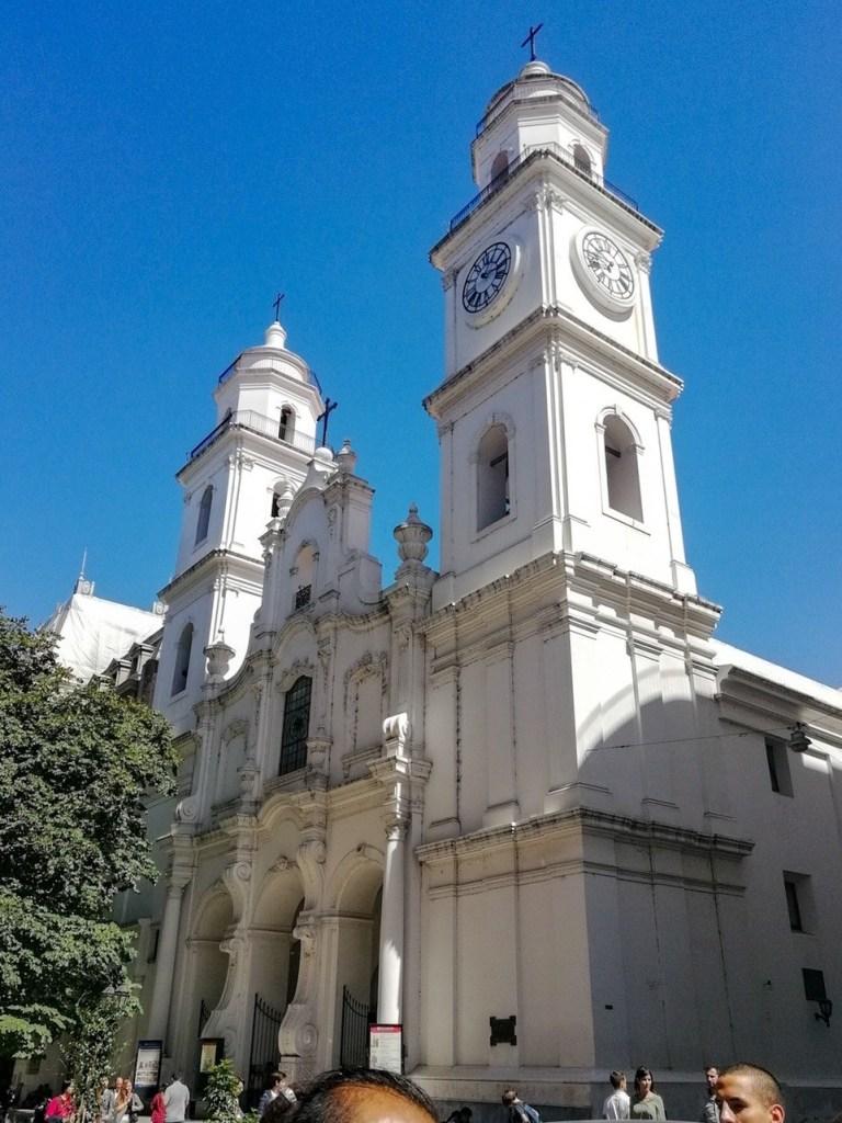 Католический храм белого цвета — Буэнос Айрес