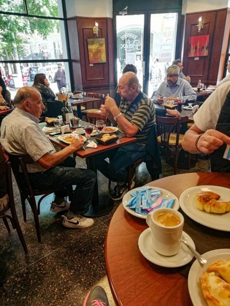 Мужчины пьют кофе