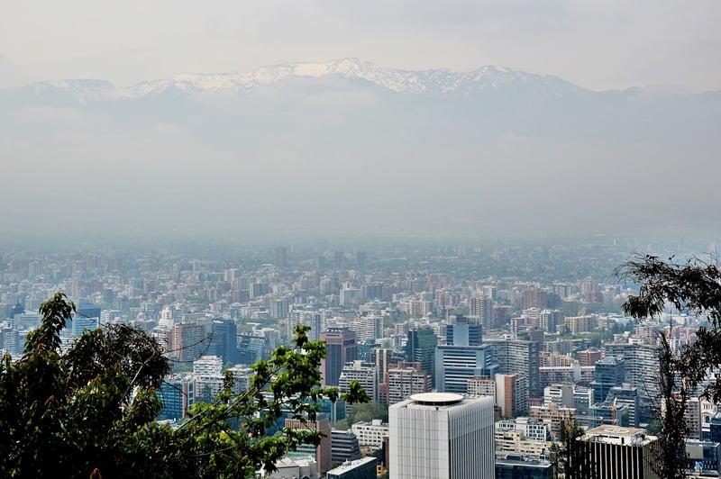 Горные вершины на фоне столицы Чили