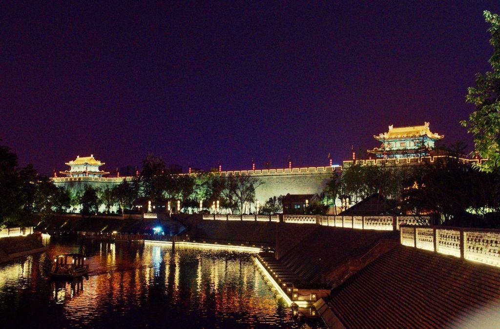 Вид на крепостную стену ночью
