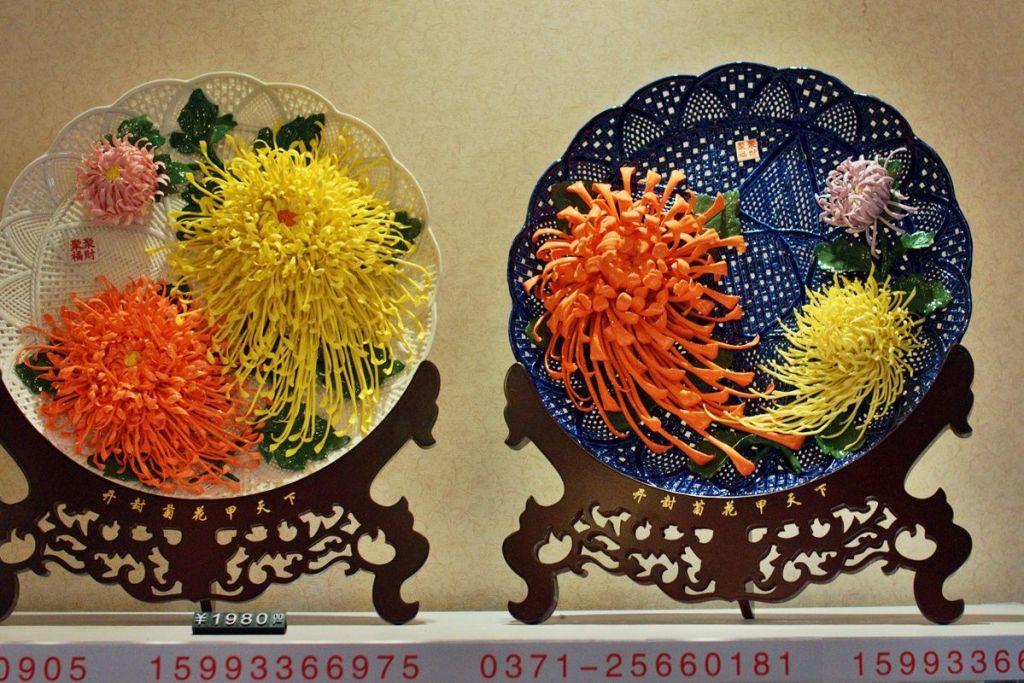 Керамика с хризантемами