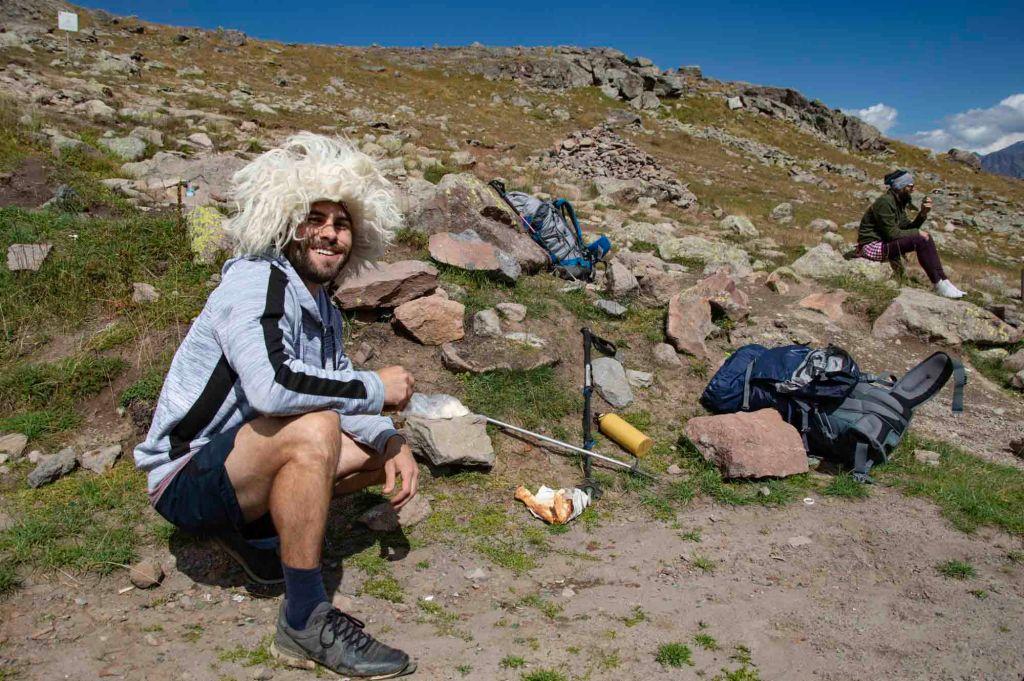 Пол в кавказской шапке на привале