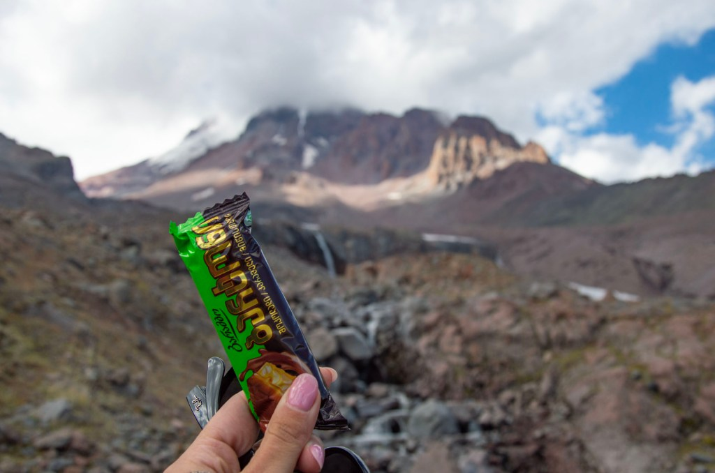 Шоколадка на фоне Казбека