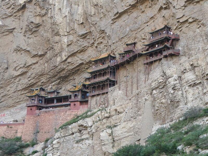 Монастырь на скале в Китае