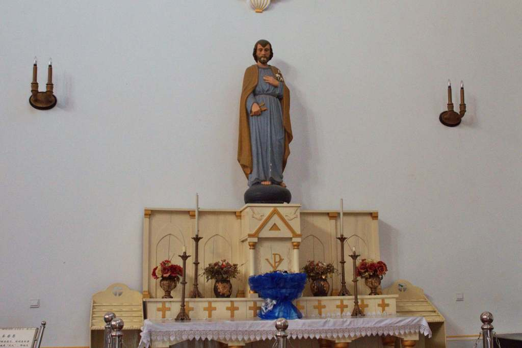 Статуя святого в храме