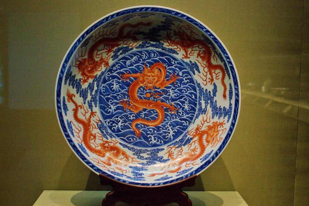 Тарелка с изображение красного дракона
