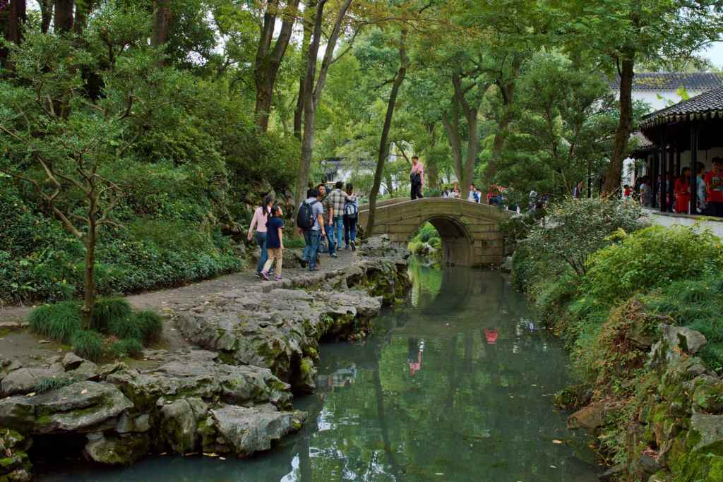 Мостик через канал в парке