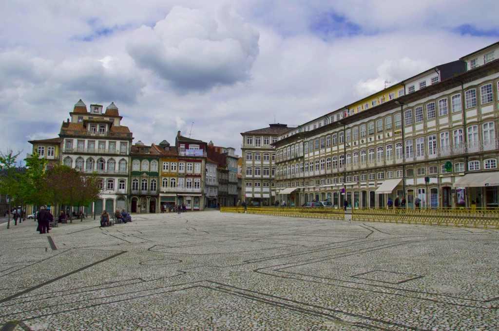 Площадь в центре города Гимарайнш