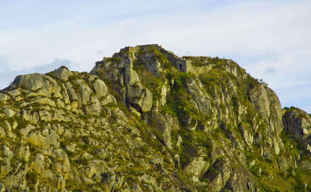военное укрепление на вершине холма