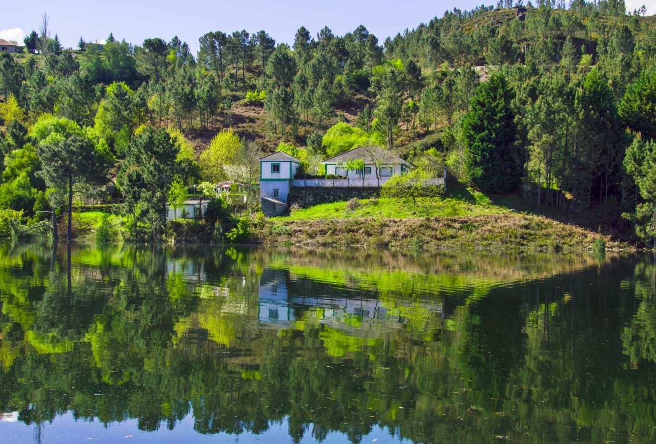 Отражение дома в глади озера
