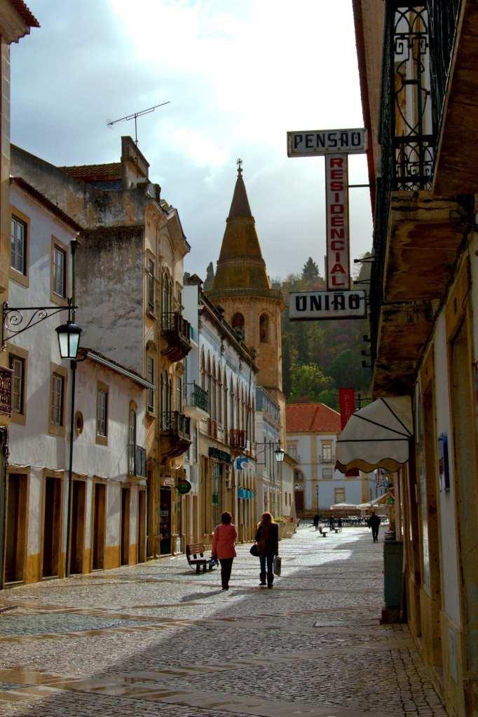 Улица с башней и два пешехода