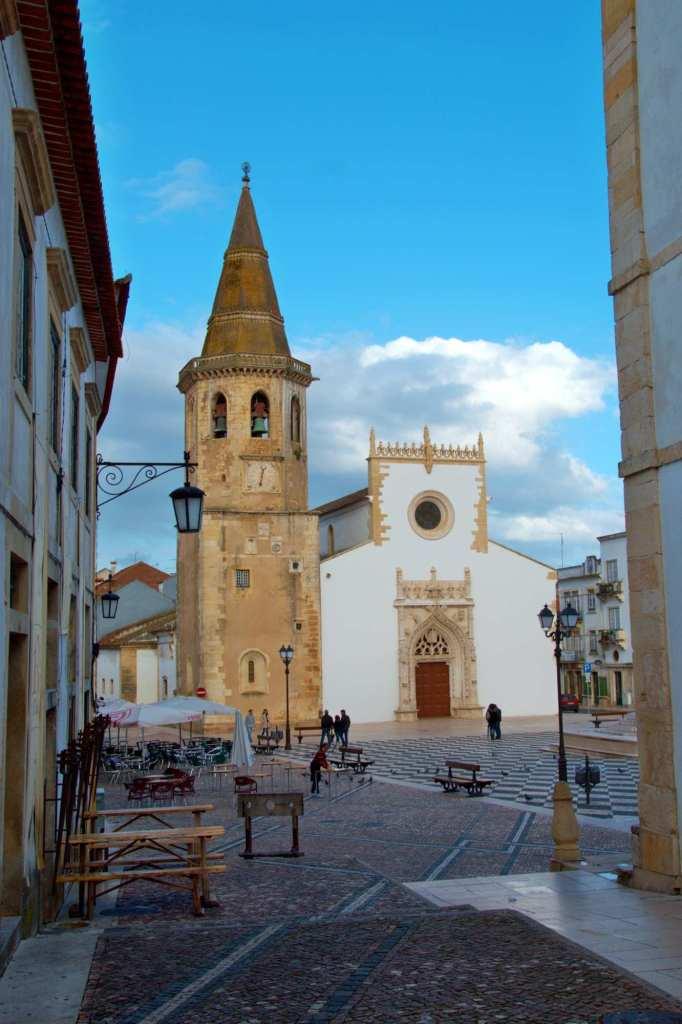 Кафе около церкви на площади