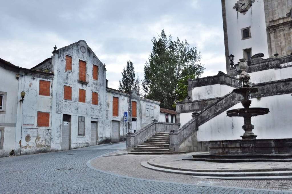 Старинный фонтан на улице