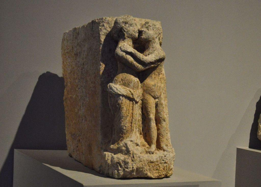 Скульптура с изоражением греческих мифических героев
