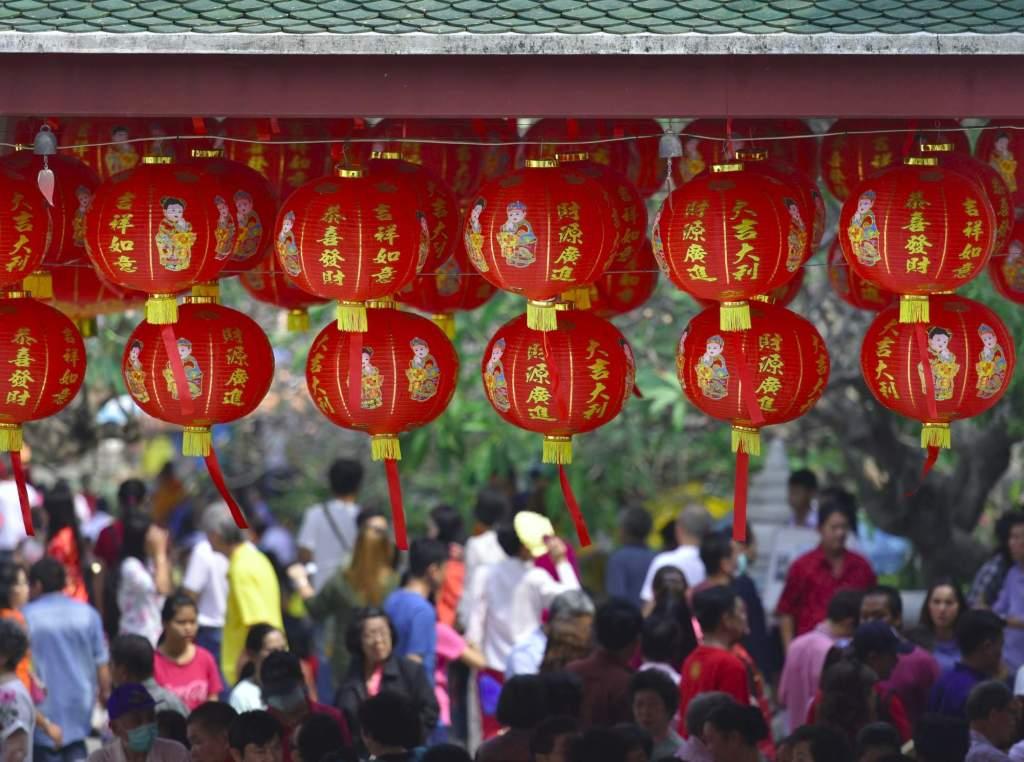 Красные фонарики и люди - Китай